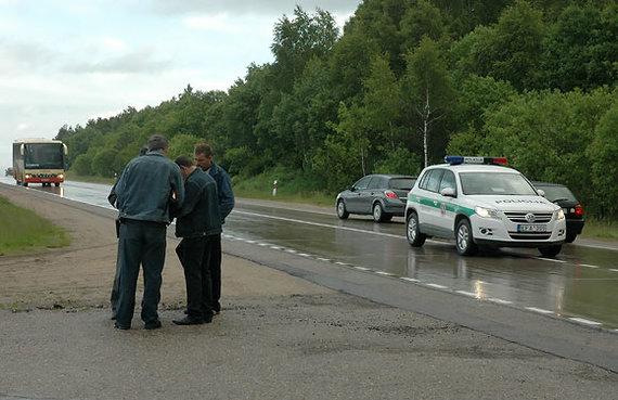 Andriaus Vaitkevičiaus / 15min nuotr./Policininkas vairuotojus moko pildyti eismo įvykio deklaraciją
