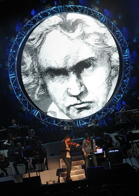 """AFP/""""Scanpix"""" nuotr./Ludwigo van Beethoveno portretas papuošė smuikininko Davido Garretto koncertą"""