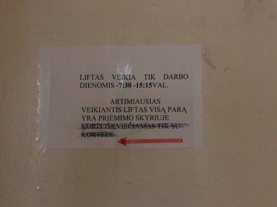 Mariaus Vizbaro / 15min nuotr./Neveikęs liftas Kauno klinikinėje ligoninėje
