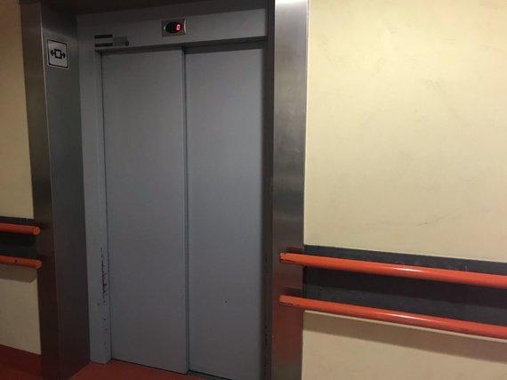 Mariaus Vizbaro / 15min nuotr./Veikiantis liftas priimamajame, Kauno klinikinėje ligoninėje