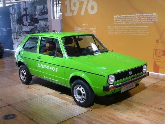 """Rainerhaufe, Wikimedia(CC BY-SA 4.0) nuotr./""""Volkswagen"""" jau nuo pirmosios """"Golf"""" kartos eksperimentavo su elektrinėmis versijomis. Nuotraukoje – 1976-ųjų """"Electro Golf 1"""""""