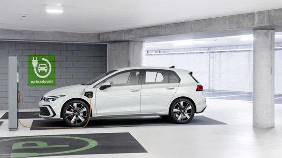 """""""Volkswagen"""" nuotr./""""Volkswagen"""" iš karto pristatė net 5 hibridines """"Golf"""" versijas, dvi iš jų – įkraunamos iš tinklo."""
