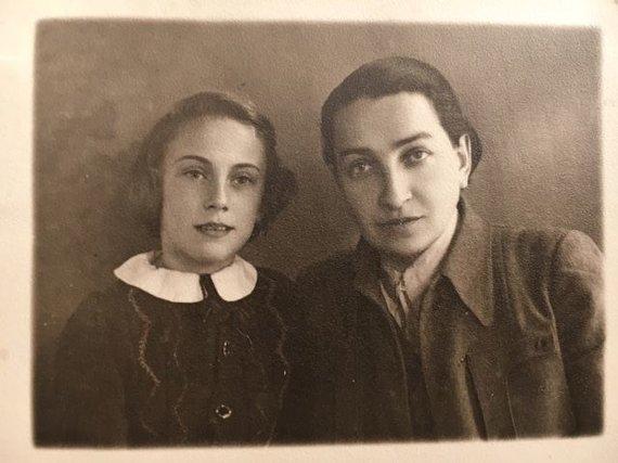 Asmeninio archyvo nuotr./Fruma Vitkinaitė-Kučinskienė (kairėje) su Rifka Šmukleryte, giminaite, padėjusia Frumai pabėgti is geto, apie 1945 m.
