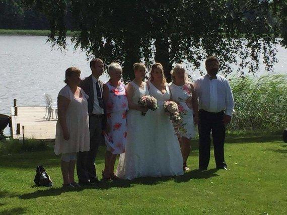 Asmeninio archyvo nuotr. /Iš kairės: Marinos tėčio žmona, Marinos tėtis, Viktorijos mama, Viktorija su Marina, Marinos mama ir jos vyras