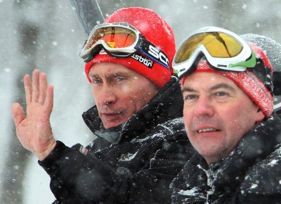 """AFP/""""Scanpix"""" nuotr./Rusijos prezidentas D.Medvedevas (dešinėje) ir premjeras V.Putinas leido laiką Krasnaja Polianos kurorte netoli Sočio, kuriame vyks 2014 metų žiemos olimpiada."""