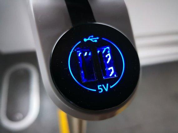 Žilvino Pekarsko / 15min nuotr./ Autobuse esanti jungtis išmaniajam telefonui pakrauti