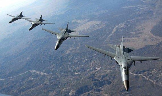 Australų F-111C rikiuotė. (Master Sgt. Kevin J. Gruenwald, Wikimedia)