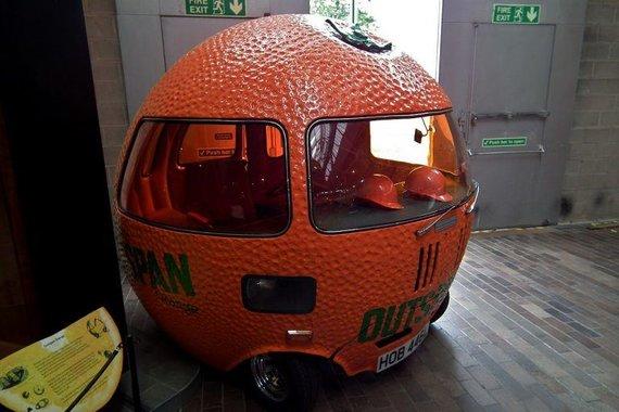 """Wikipedia.org nuotr./""""Outspan Orange"""" turėjo duobutėmis nusėtą stiklo pluošto kėbulą su mažu žaliu apelsino stiebeliu viršuje."""