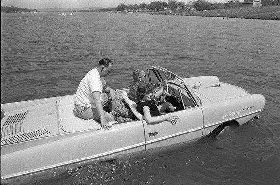 Amphicar, Prezidentas Lyndonas B. Johnsonas vairuojantis savo amfibinį automobilį ©Yoichi Okamoto | commons.wikimedia.org