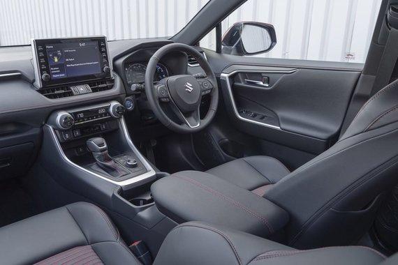 Didesnis ir brangesnis Suzuki Across jau su porankiu. Šis automobilis turi automatinę transmisiją ir elektroninį stovėjimo stabdį (Gamintojo nuotrauka)