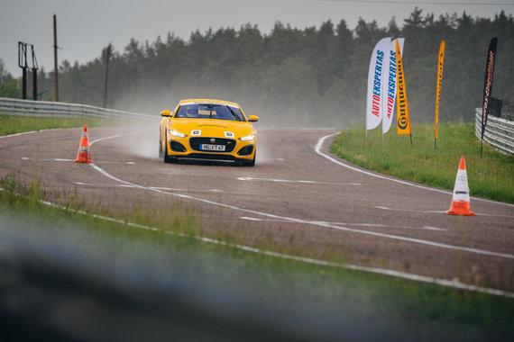 A.Strumilos ir V.Pilkausko nuotr./Žilvinas Pekarskas ir Giedrius Žiura nugalėjo Press Rally 5000+ žurnalistų įskaitoje vairuodami Jaguar F-Type