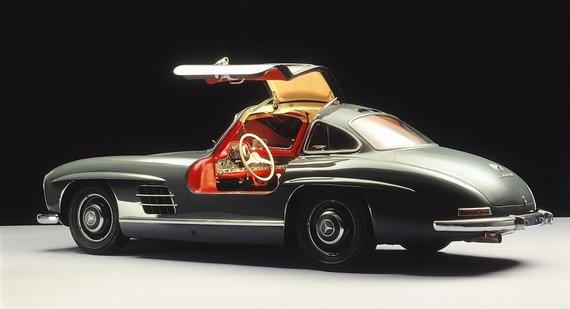 300 SL su atidarytomis durelėmis – atkreipkite dėmesį, kokie aukšti yra šio automobilio slenksčiai. (Gamintojo nuotrauka)