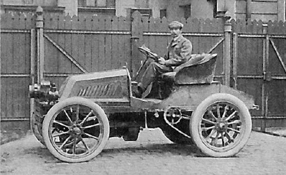 Alfredas Velghe su Mors automobiliu Paryžiuje, 1900 m. (CIO, Wikimedia)