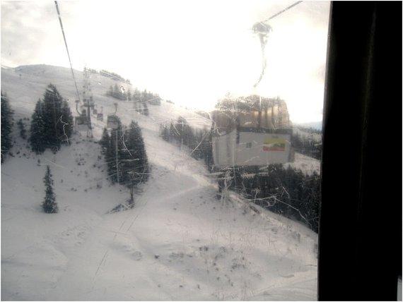 Martyno Bejerio nuotr./Skivelto slidinėjimo regionas Austrijoje, Lietuvos vėliava ant Kiršbergo keltuvo kabinų