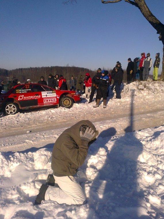 """Edgaro Mateikos nuotr./Martyno Samsono ratas neatlaikė """"Halls Winter Rally"""" išbandymų 2012 m."""