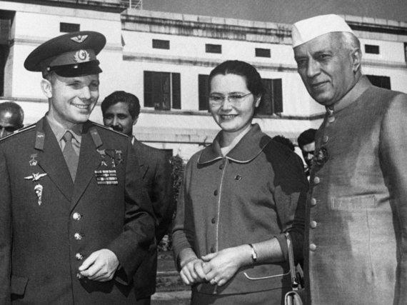 """""""Scanpix""""/""""RIA Novosti"""" nuotr./Pirmasis kosmonautas Jurijus Gagarinas su žmona Valentina ir Indijos premjeru Jawaharlalu Nehru."""