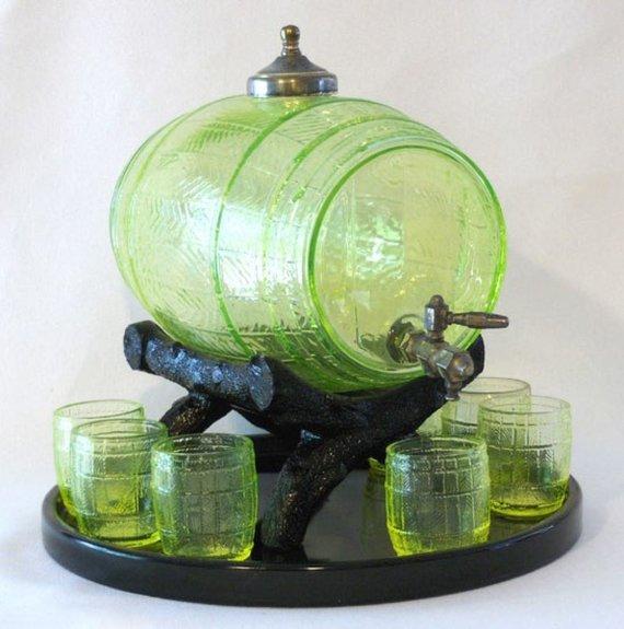 XX amžiaus pradžios iš urano stiklo pagamintas gėrimo indų rinkinys  ©Dave Peterson, VaselineGlass.org