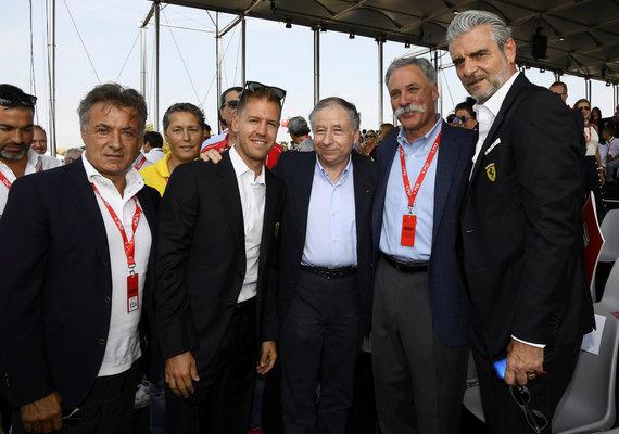 """""""Reuters""""/""""Scanpix"""" nuotr./Italija švenčia """"Ferrari"""" 70-ąjį gimtadienį: Jean Alesi, Sebastian Vettel, Jean Todt, F1 vadovas Chase Carey ir """"Ferrari"""" komandos vdovas Maurizio Arrivanene ."""