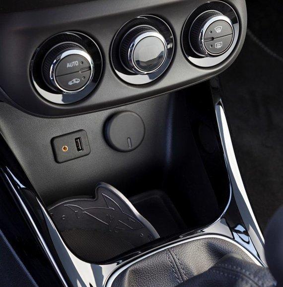"""Opel nuotr./Vienas ryklys """"Opel Adam"""" puošia puodelio laikiklį."""