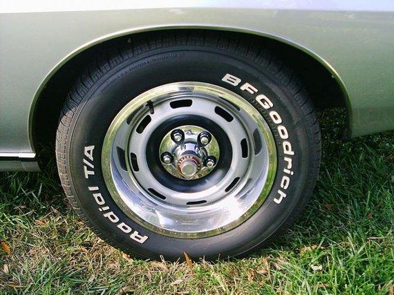 1971-ųjų Javelin SST ratas – baltos raidės būdavo išgaunamos nuvalant ploną gumos sluoksnį, kuris dengė baltą padangos bortą. (Christopher Ziemnowicz, Wikimedia)