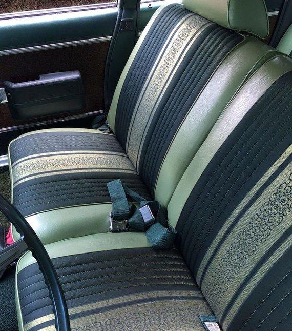 Tarpinis variantas tarp atskirų ir vientisos sėdynės – priekinės sėdynės yra platesnės ir susisiekia viduryje, sukurdamos atsarginę vietą trečiam keleiviui. (CZmarlin, Wikimedia (CC BY-SA 4.0)