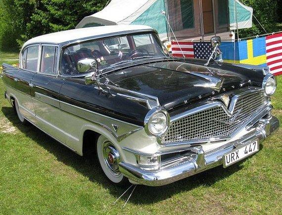 Štai kaip atrodė automobiliai, kurių vairuotojai prie šaligatvių automobilius statė itin atsargiai. Tai – 1957-ųjų Hudson Hornet. (nakhon100, Wikimedia(CC BY 2.0)