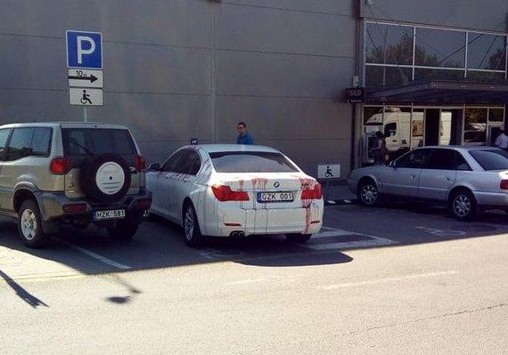 Skaitytojo nuotr./BMW neįgaliųjų vietoje Savanorių pr. Kaune