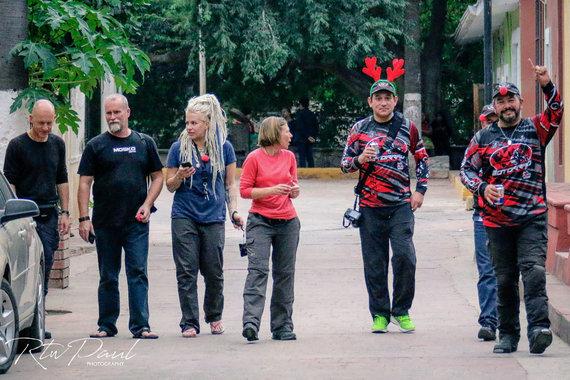 "Paul Stewart nuotr./""Chihuahua Motorrad"" klubo motociklininkai Meksikos Batopilas miestelyje"