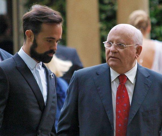 """AFP/""""Scanpix"""" nuotr./Rusijos oligarcho Aleksandro Lebedevo sūnus Jevgenijus ir buvęs SSRS prezidentas Michailas Gorbačiovas"""