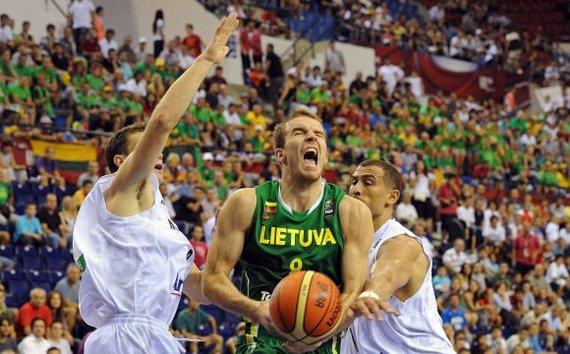 """AFP/""""Scanpix"""" nuotr./Martynas Gecevičius veržiasi prie krepšio."""