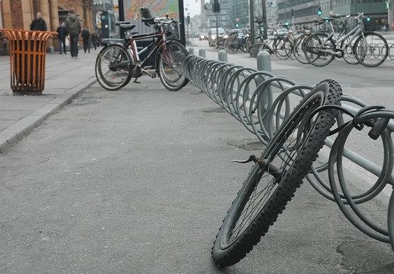 Andriaus Vaitkevičiaus / 15min nuotr./Čia buvo prirakintas dviratis, tačiau jį kažkas pavogė, liko tik priekinis ratas