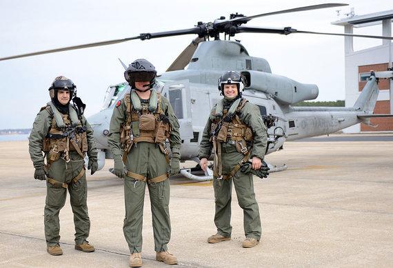 Kelly Schindler/JAV laivynas (U.S. Navy) nuotr./Pilotai demonstruoja naują liemenę