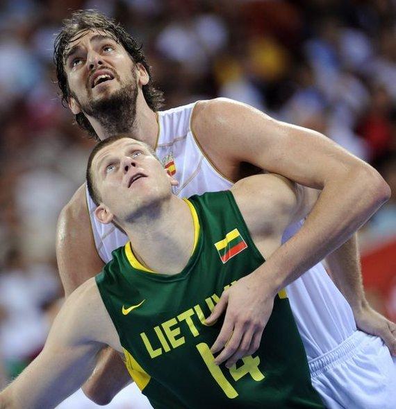 """AFP/""""Scanpix"""" nuotr./Marijonas Petravičius dėl kamuolio varžosi su Pau Gasoliu."""