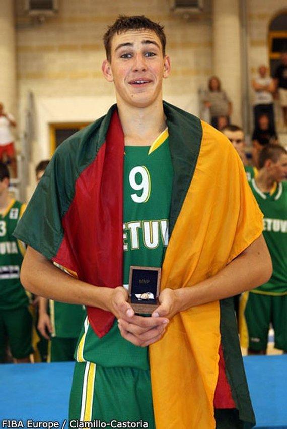 FIBA Europe nuotr./Jonas Valančiūnas su apdovanojimu