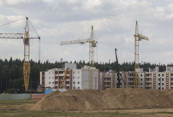 Irmanto Gelūno / 15min nuotr./Astrave jau pastatyti nauji daugiabučiai elektrinės statytojams.