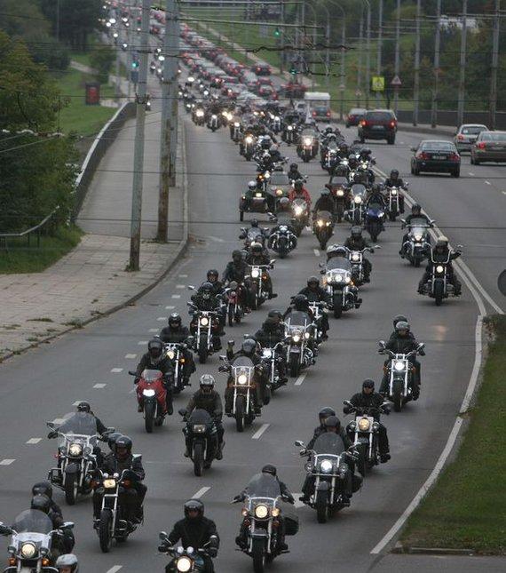 Irmanto Gelūno / 15min nuotr./Spalio 3-ąją sostinės gyventojai ir miesto svečiai galėjo stebėti Vilniaus gatvėmis važiuojančių motociklininkų koloną – taip baikeriai pažymėjo sezono pabaigą.