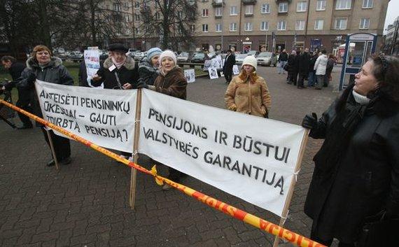 Irmanto Gelūno / 15min nuotr./Gruodžio 10 d. prie Vilniaus Sporto rūmų įvyko protesto mitingas. Mitingą organizavo Lietuvos pagyvenusių žmonių asociacija, prie jo prisidėjo ir Pensininkų partija.