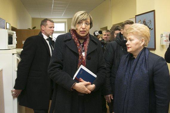 Irmanto Gelūno / 15min nuotr./Jovita Petrulytė (centre) ir Vaiko raidos centrą aplankiusi prezidentė Dalia Grybauskaitė.
