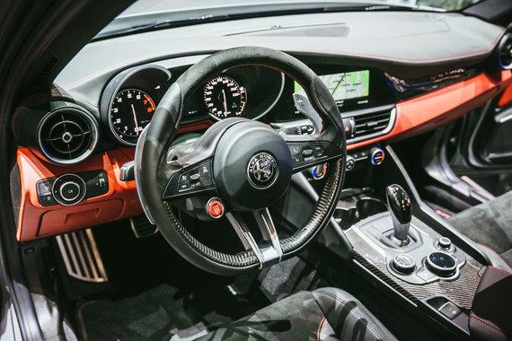 """Irmanto Gelūno / 15min nuotr./""""Alfa Romeo"""" Ženevoje pademonstravo, kaip atrodo """"piktesni"""" """"Stelvio"""" ir """"Giulia"""" modeliai"""