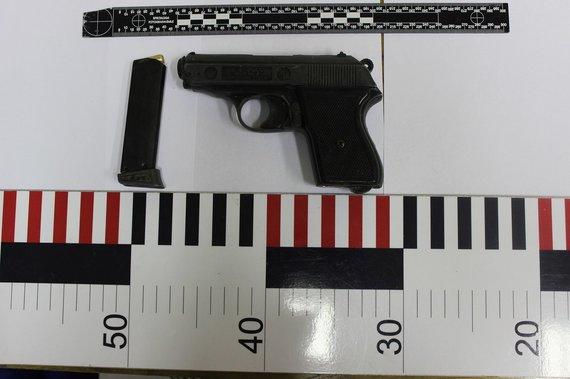 Telšių apskrities policijos nuotr./Pas sulaikytą įtariamąjį rastas ginklas