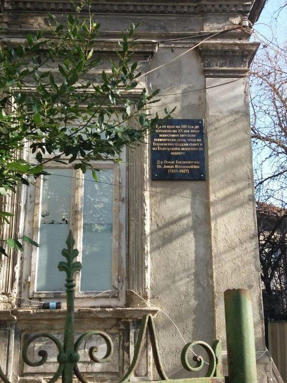 Lietuvos Respublikos ambasados Rumunijoje ir Bulgarijos Respublikai nuotr./Atminimo lenta ant namo, kuriame kelerius metus gyveno Lietuvos Nepriklausomybės akto signataras Jonas Basanavičius.