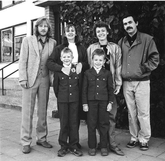 Mildos Juknevičiūtės nuotr./Algirdas Latėnas, Elvyra Piškinaitė, Dalia Brenciūtė, Kostas Smoriginas, Balys Latėnas ir Kostas Smoriginas jaunesnysis. 1987 m.