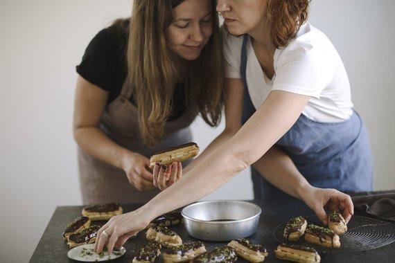 """""""Sarune Zurba Photography"""" nuotr./Knygos """"Natūraliai saldu"""" autorės seserys Rūta ir Asta"""