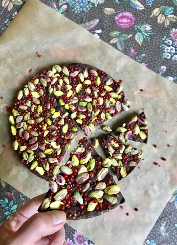 Autorės nuotr. /Juodasis šokoladas su rausvaisiais pipirais ir žaliosiomis pistacijomis