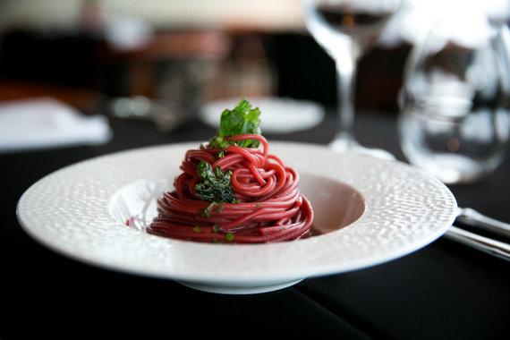 Juliaus Kalinsko / 15min nuotr./Burokėlių sultyse virti spagečiai skaninami midijomis