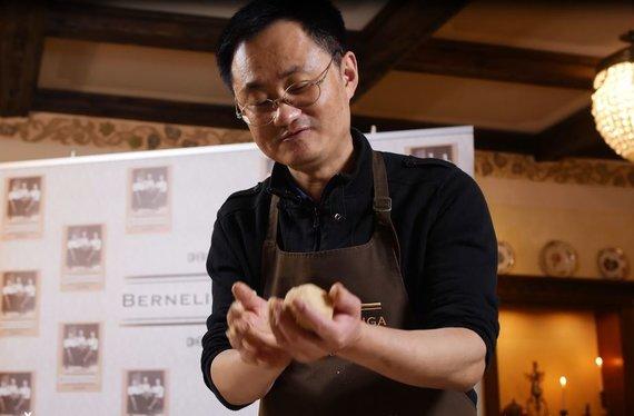 Restorano archyvo nuotr./Šefas Liang Chi Li gamina cepelinus
