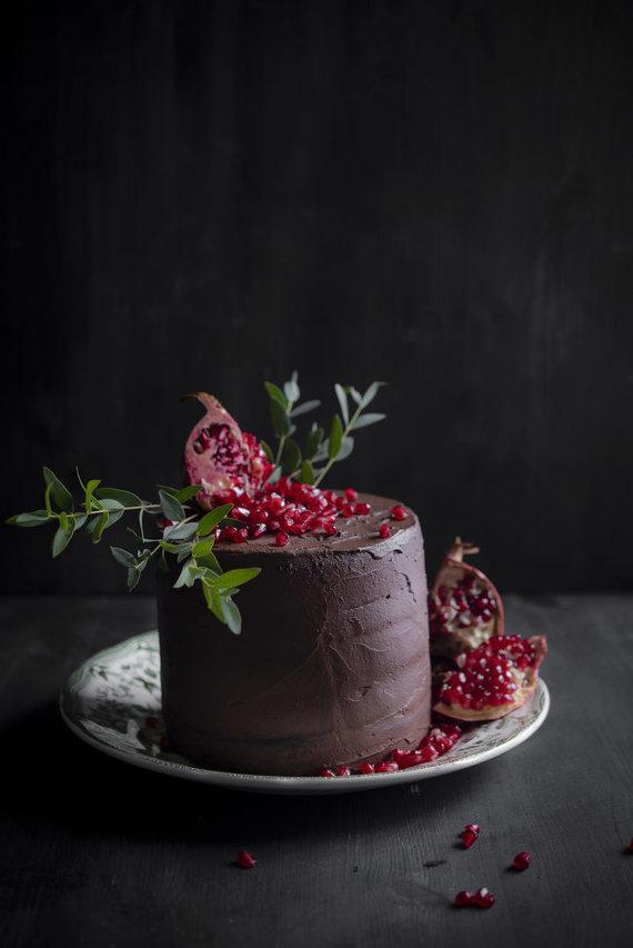 """Justinos Ramanauskienės/""""Tortų knyga"""" nuotr./Šokoladinis tortas su granatais"""