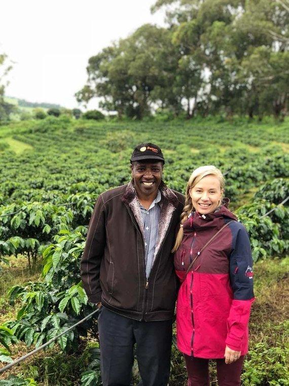 Asmeninio albumo nuotr./Anna Vanska su kavos ūkio savininku Tanzanijoje