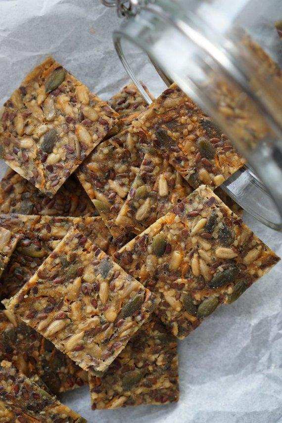 Tinklaraščio archyvo nuotr. /Sūrūs įvairių sėklų krekeriai su morkomis