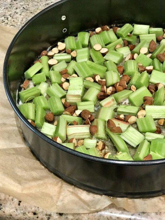 Autorės nuotr. /Kepti paruoštas rabarbarų pyragas su migdolais
